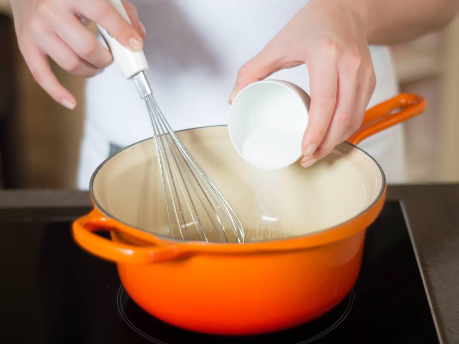 Bananensaft mit der Hälfte Zucker und dem Mark der Vanilleschote ca. 3 Min. zu einem Fond einkochen lassen. Dann vom Herd nehmen und abkühlen lassen.