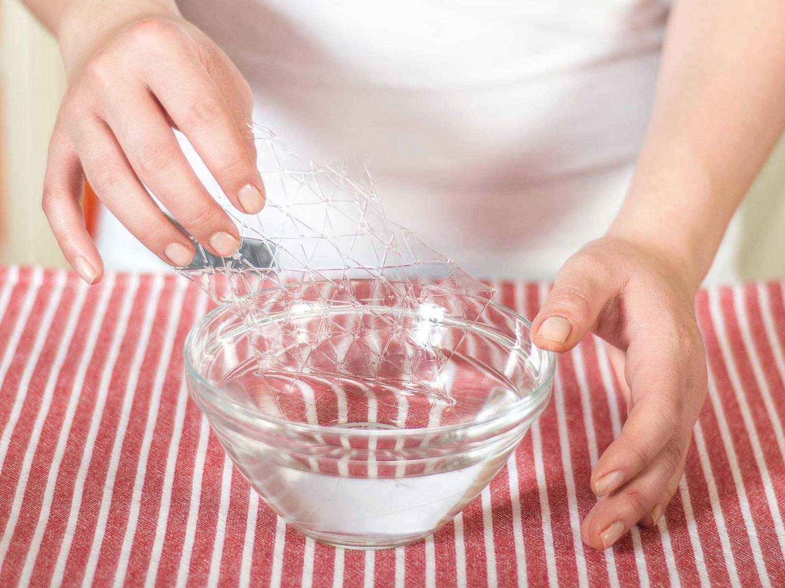 Gelatine in kaltem Wasser einweichen.