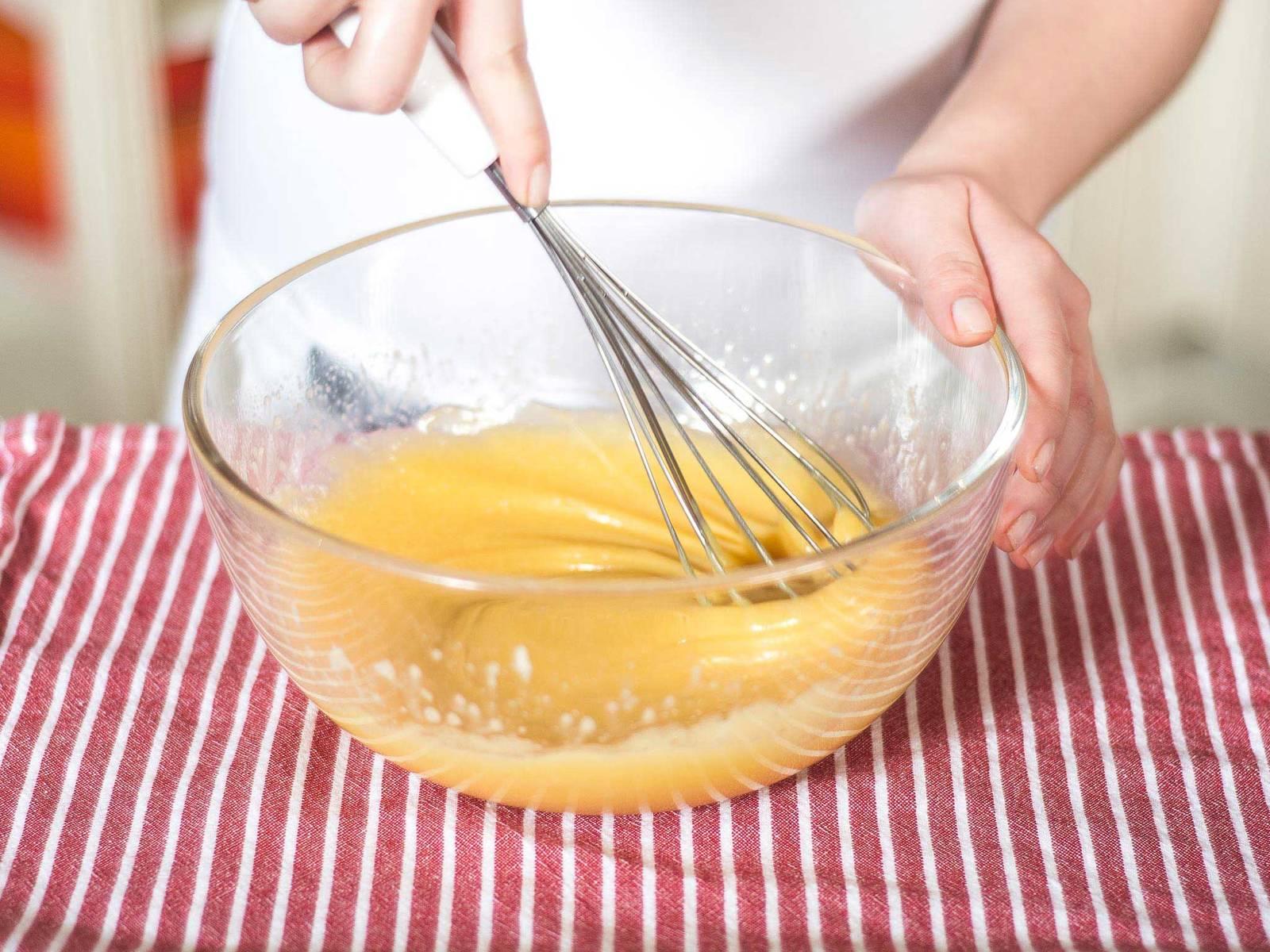 Den warmen Eierlikör direkt in die Schokoladenmasse geben und ebenso gut unterrühren. Die Masse ca. 20 Min. kalt stellen.