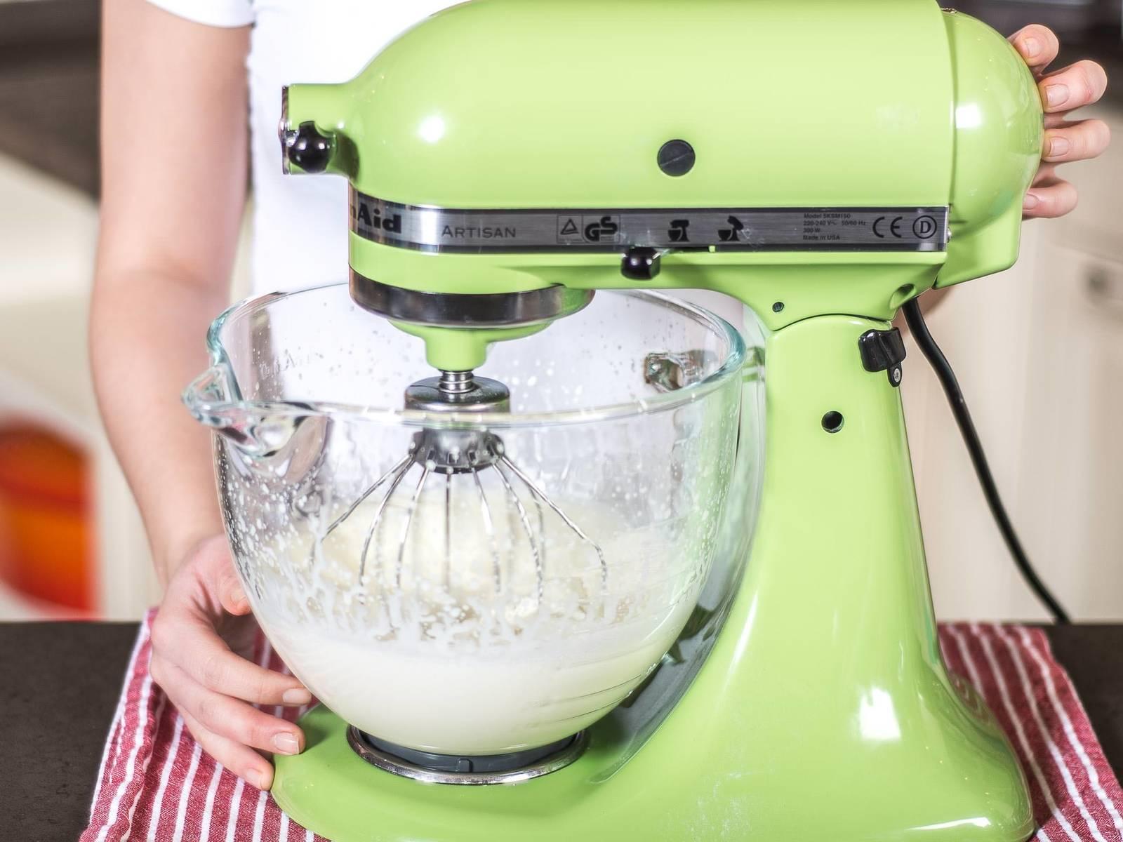Nun die Sahne in einer Küchenmaschine oder mit dem Handrührgerät steif schlagen.