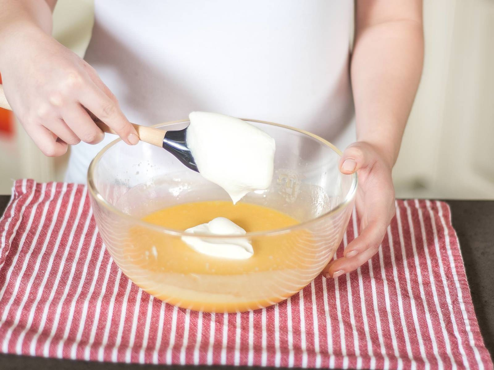 Now fold the whipped cream carefully into the cold chocolate mixture. Handle gently, so that the mousse remains airy.