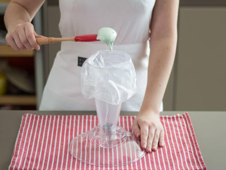 将上一步中搅拌好的蛋糊倒入一个裱花袋中。