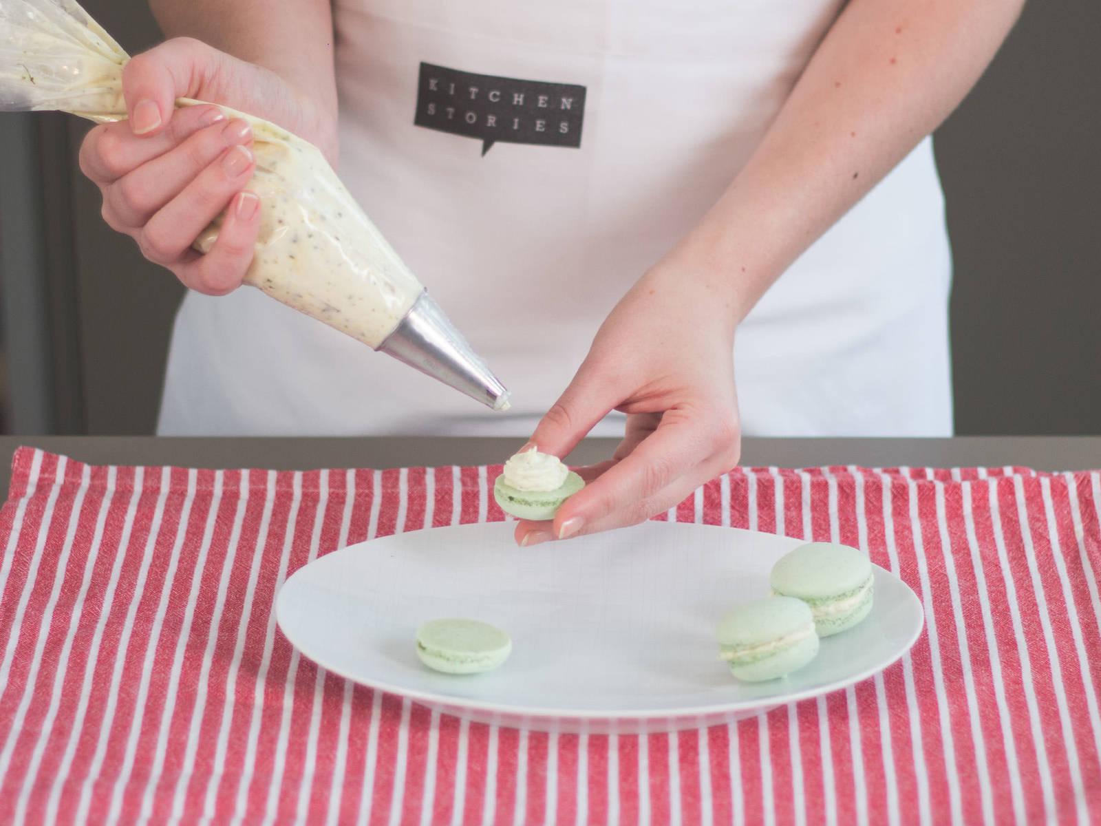 Ca. 1 TL Buttercreme auf die untere Hälfte des Macarons geben. Die obere Hälfte darauf legen und leicht andrücken. Wiederholen bis alle Macarons fertig sind. Zum Nachmittagstee genießen oder an Familie und Freunde verschenken!