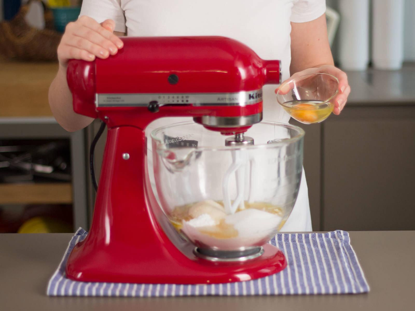 在台式搅拌机里加入面粉,泡打粉,糖和黑糖。打一两分钟直至均匀。加入香草提取物、盐、黄油和鸡蛋。再打两三分钟直至均匀。