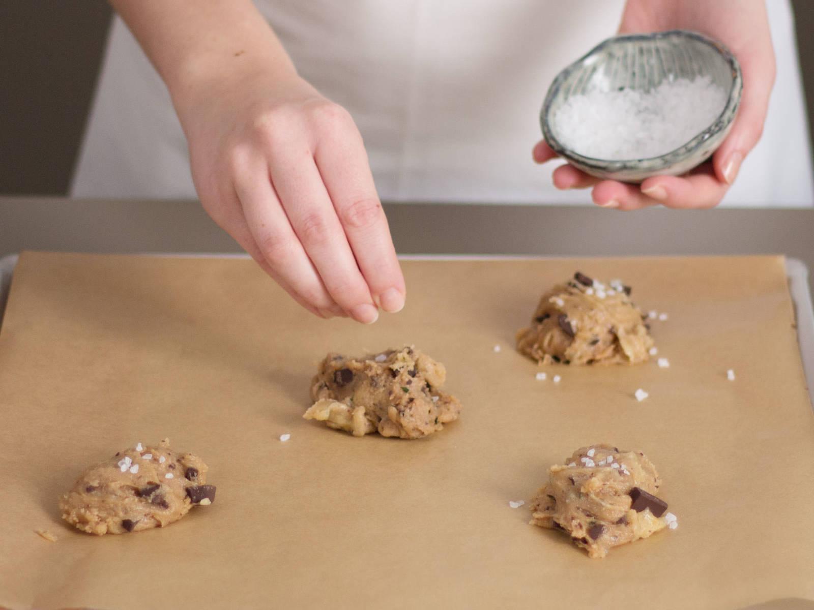 在每块饼干上撒上海盐。在预热好了的烤箱内200°C/390°F烤大约8至12分钟,尽情享用吧!