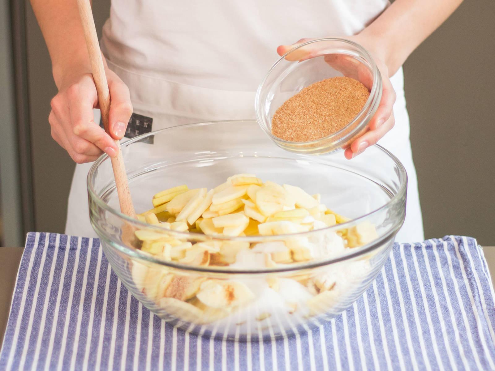 Äpfel, Zitronensaft, Zimt, Muskatnuss, Mehl, Zucker und braunen Zucker in einer großen Schüssel vermengen.
