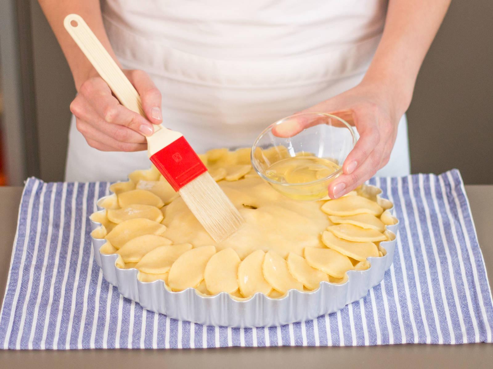 Apfelstücke in die Pie-Form geben und gleichmäßig verteilen. Den Rest der Butter in Stücke schneiden und auf die Äpfel geben. Pie mit dem verbliebenen Teig abdecken. Kleines Loch in der Mitte freilassen, damit Luft entweichen kann. Wasser und Eiweiß vermengen und mit einem Backpinsel Pie-Deckel bestreichen. Zurück in den Backofen geben und bei 180°C ca. 50 – 55 Min. goldbraun backen. Guten Appetit!