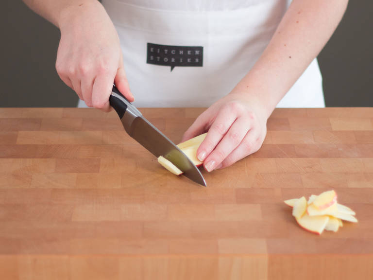 将苹果切成四瓣,去核,横切成细条。