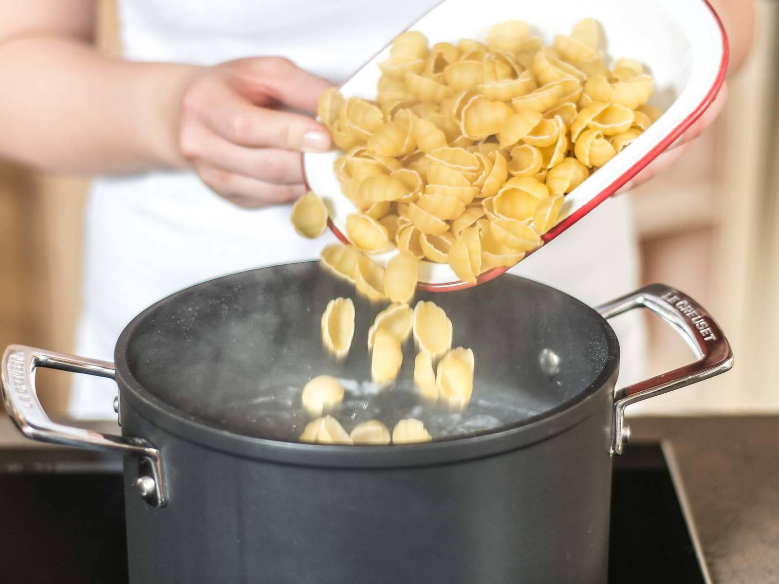 Pasta nach Packungsanleitung in siedendem Salzwasser al dente kochen. Anschließend abgießen und beiseitestellen.