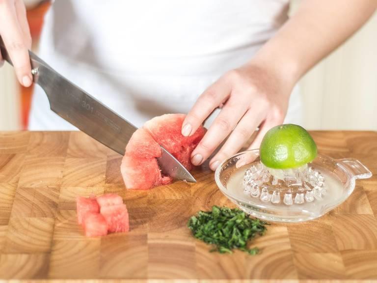 Limette auspressen. Minze in feine Streifen schneiden. Wassermelone in mundgerechte Stücke schneiden.