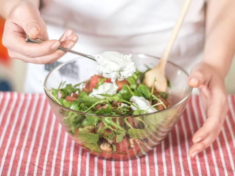 Alles gut unterheben und den Ziegenkäse obenauf bröseln. Auf einem tiefen Teller anrichten und nach Belieben mit Minzblättern dekorieren.