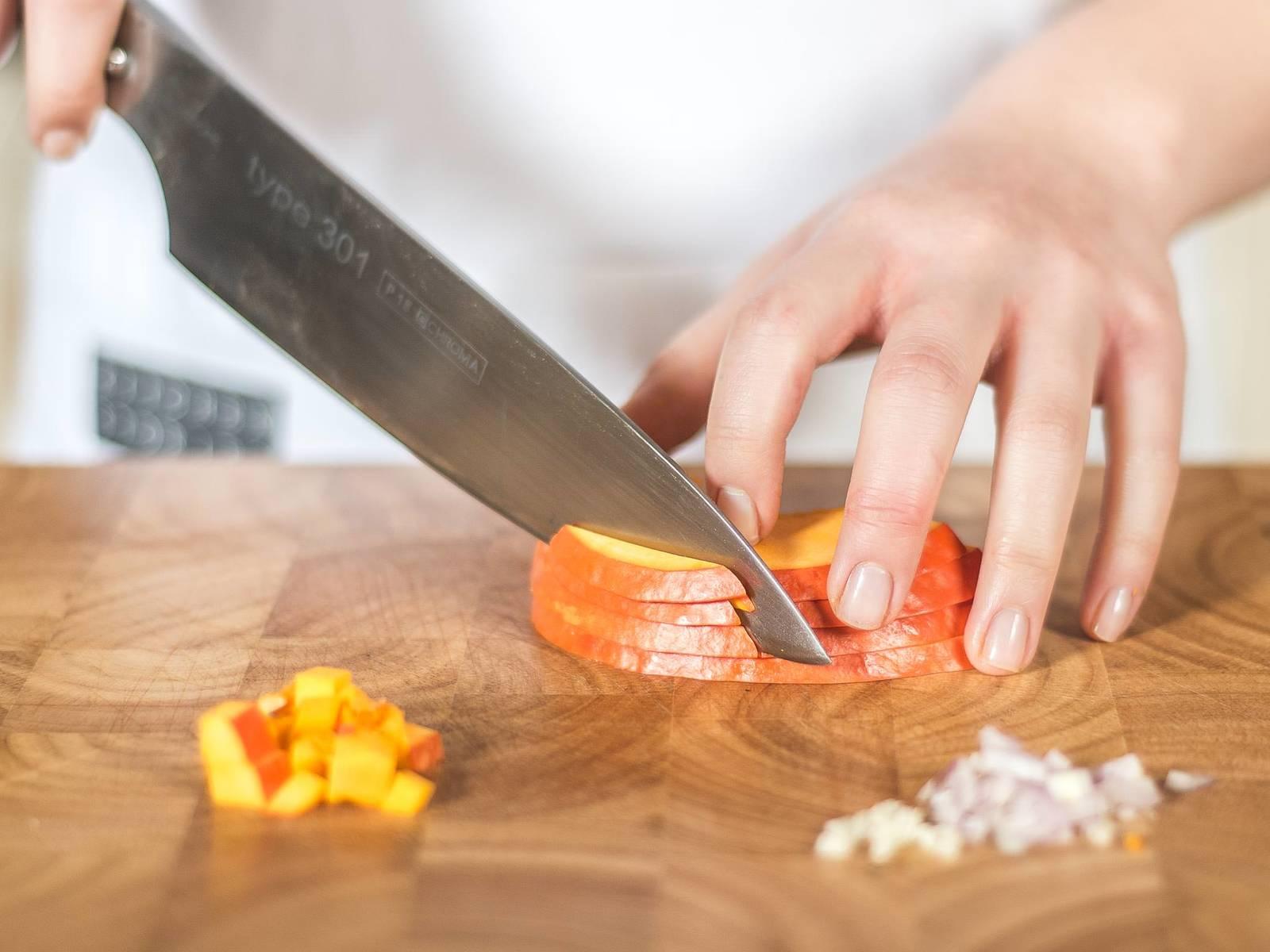 将红皮洋葱去皮后切粒,大蒜切薄片,南瓜切半并用勺子去子瓤,然后切块(约1厘米x1厘米)。