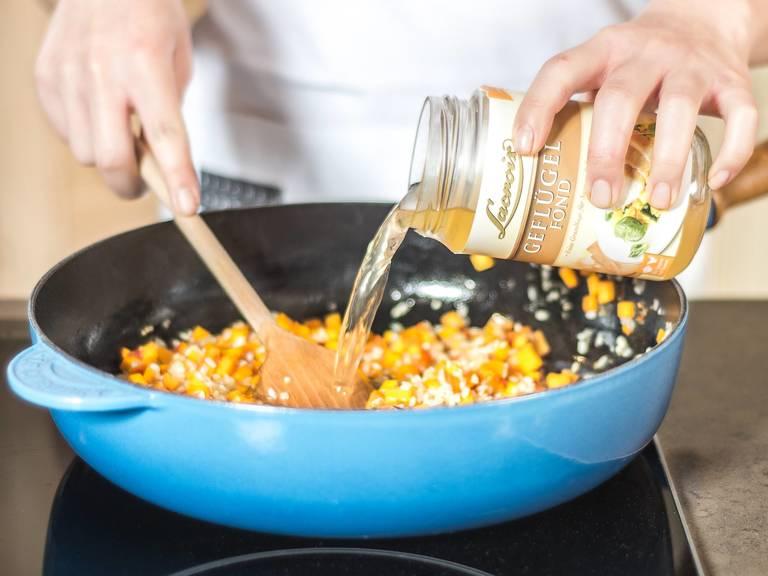 分4-5次逐步加入蔬菜汤,然后继续煨约15分钟。锅底缺水即继续加高汤。
