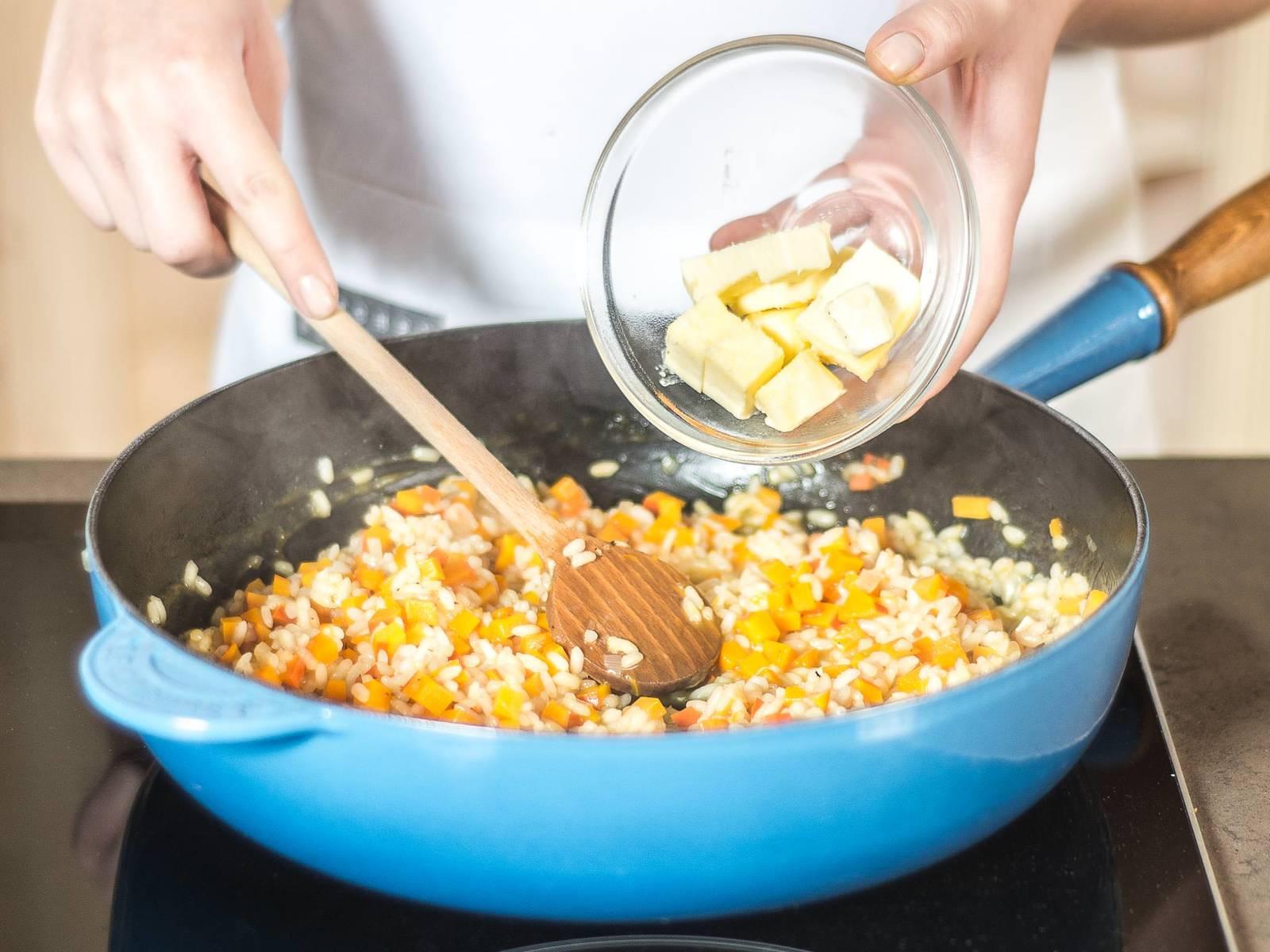 待意大利米煮熟后停止加热,加入帕玛森干酪,并且按口味用黄油、糖、盐和胡椒粉调味。加盖后静置2分钟。