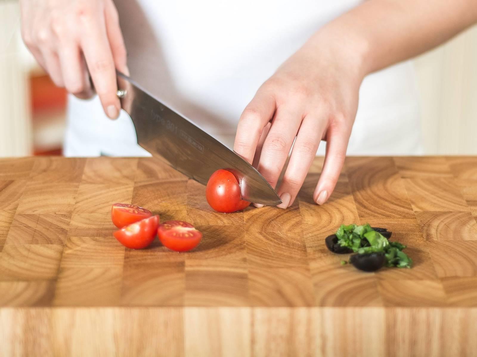 将罗勒切丝,橄榄和樱桃番茄切半。