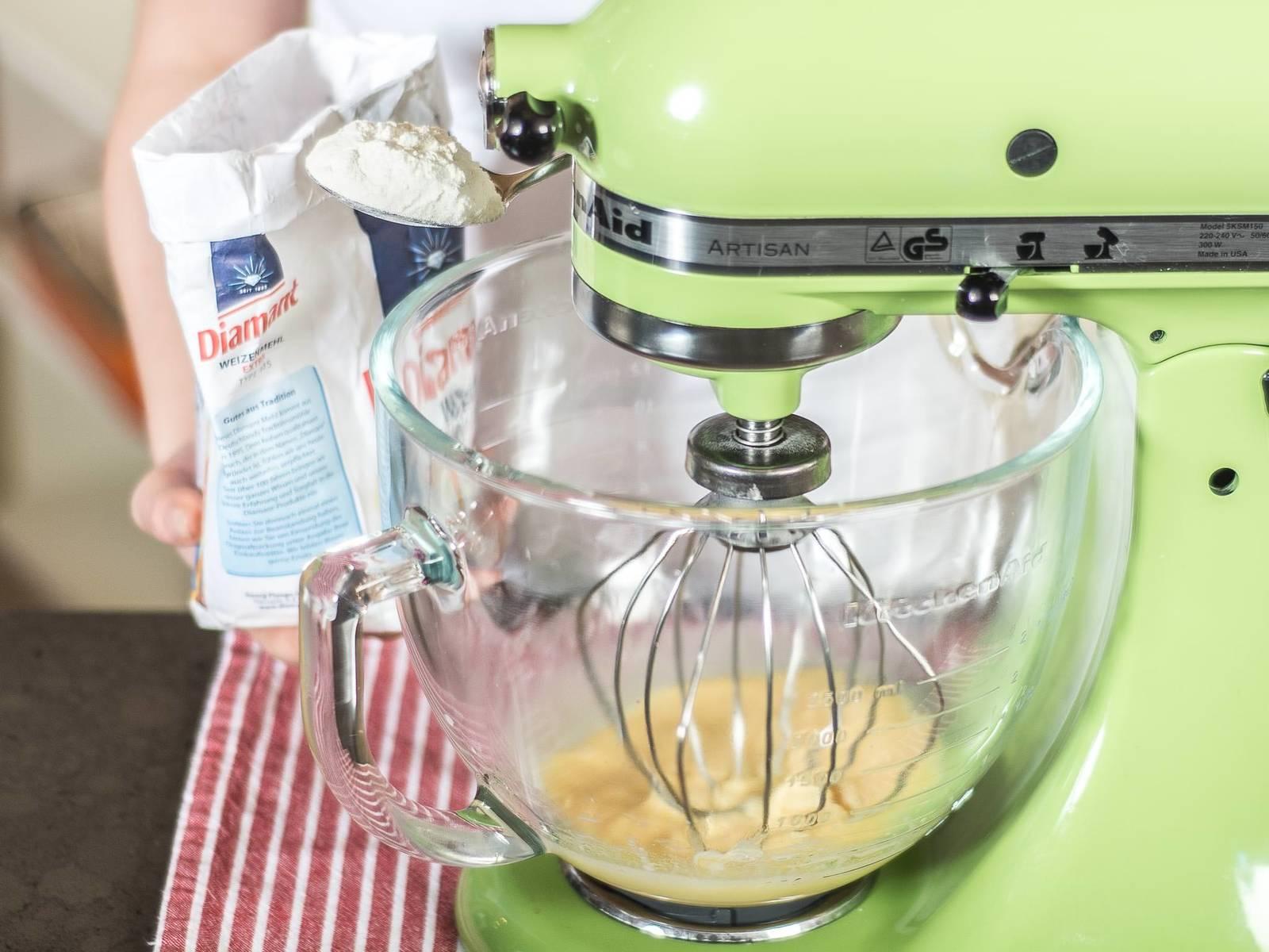 将黄油融化并稍微冷却后与鸡蛋、香草糖、柑曼怡和牛奶一起搅打至顺滑。再将面粉和一小撮盐筛入其中,继续搅拌成浆状,然后冷却30分钟备用。