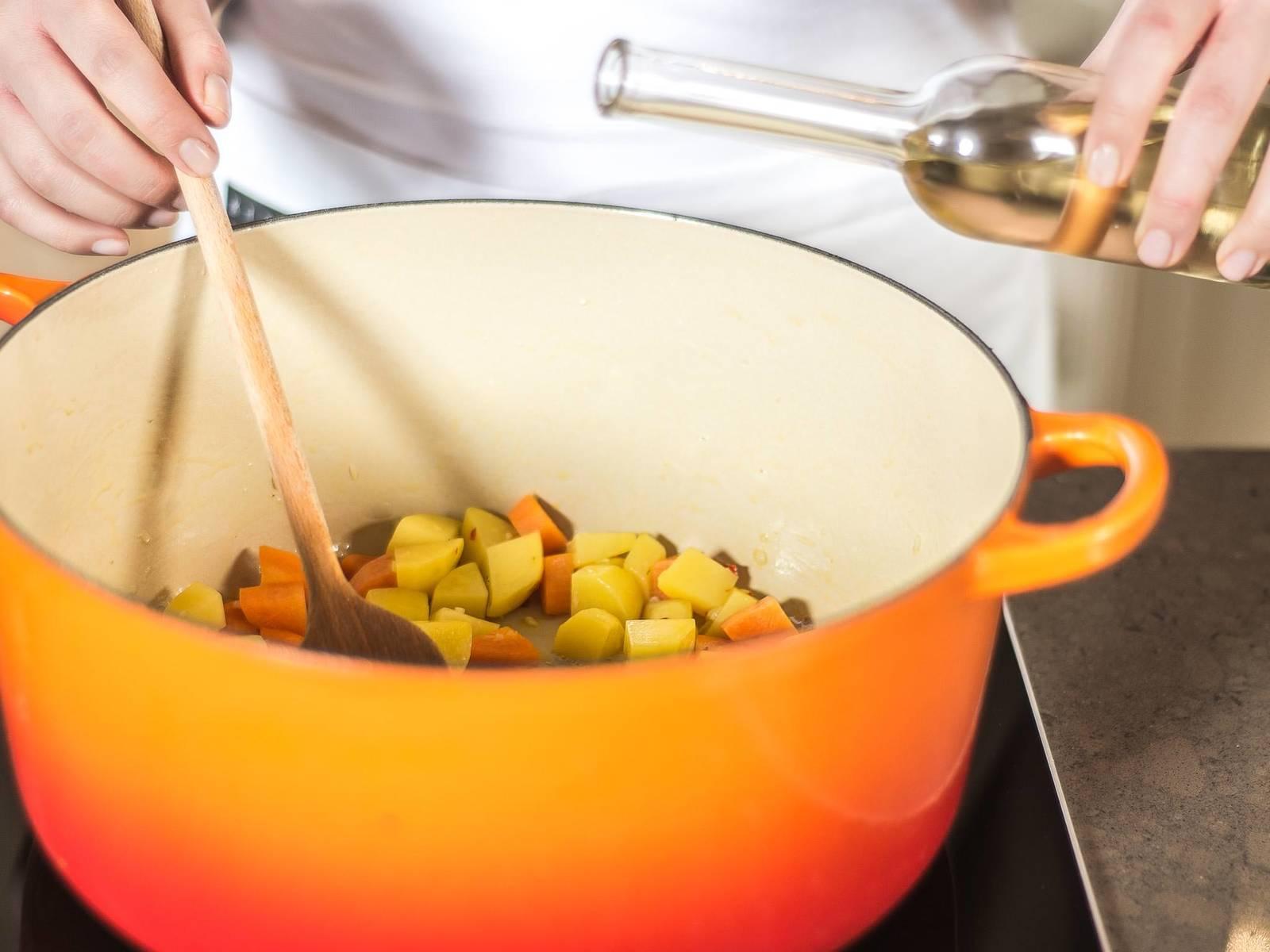 加热橄榄油,然后放入大蒜、辣椒、洋葱、土豆和胡萝卜煸炒,淋上巴萨米克白醋取汁。