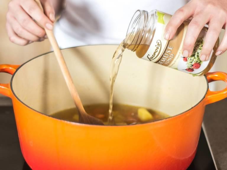 加入蔬菜高汤,用肉豆蔻、盐和胡椒粉调味。再加入西葫芦和西兰花,然后用中温煮7-10分钟。