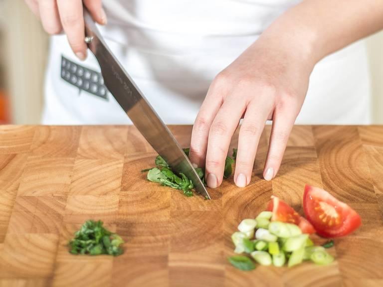 与此同时,将番茄切粒,小葱切圈,罗勒切丝,玉米笋纵向切成四半。