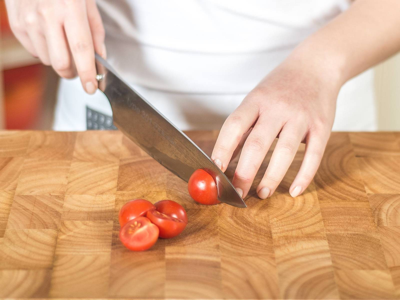 Slice basil into fine strips. Halve cherry tomatoes.