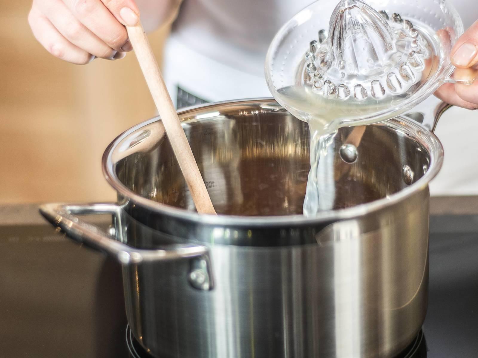 Zucker mit dem Limettensaft karamellisieren lassen.