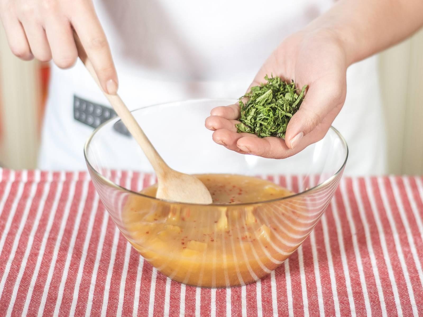 Vor dem Servieren Minze in feine Streifen schneiden und zur Kaltschale geben. Nach Wunsch mit Chilipulver abschmecken. Auf Serviergläser verteilen und nach Belieben mit frischen Minzblättern garnieren.