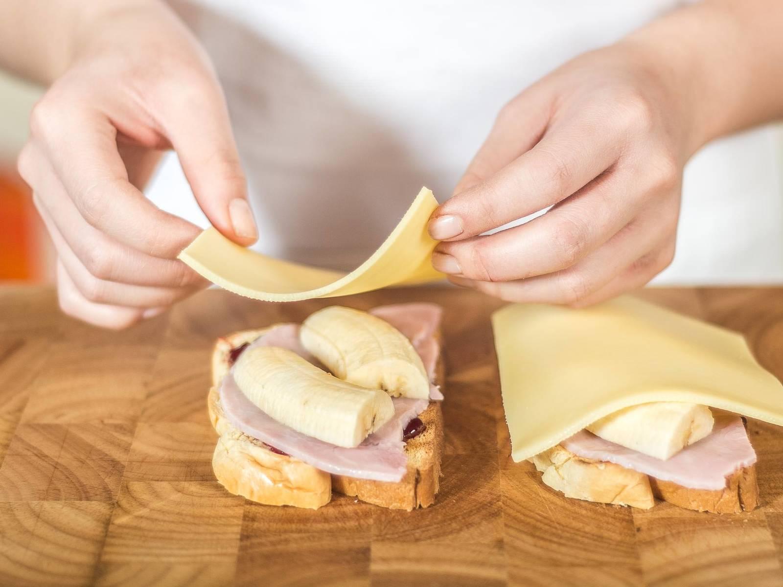 然后在面包片上依次放上火腿、香蕉和奶酪。