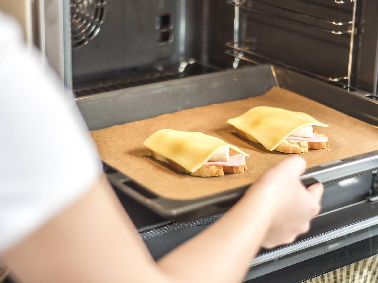将面包放入铺有烘焙纸的烤盘中,在已预热至180摄氏度的烤炉内烤5-8分钟至金黄色。趁热享用。