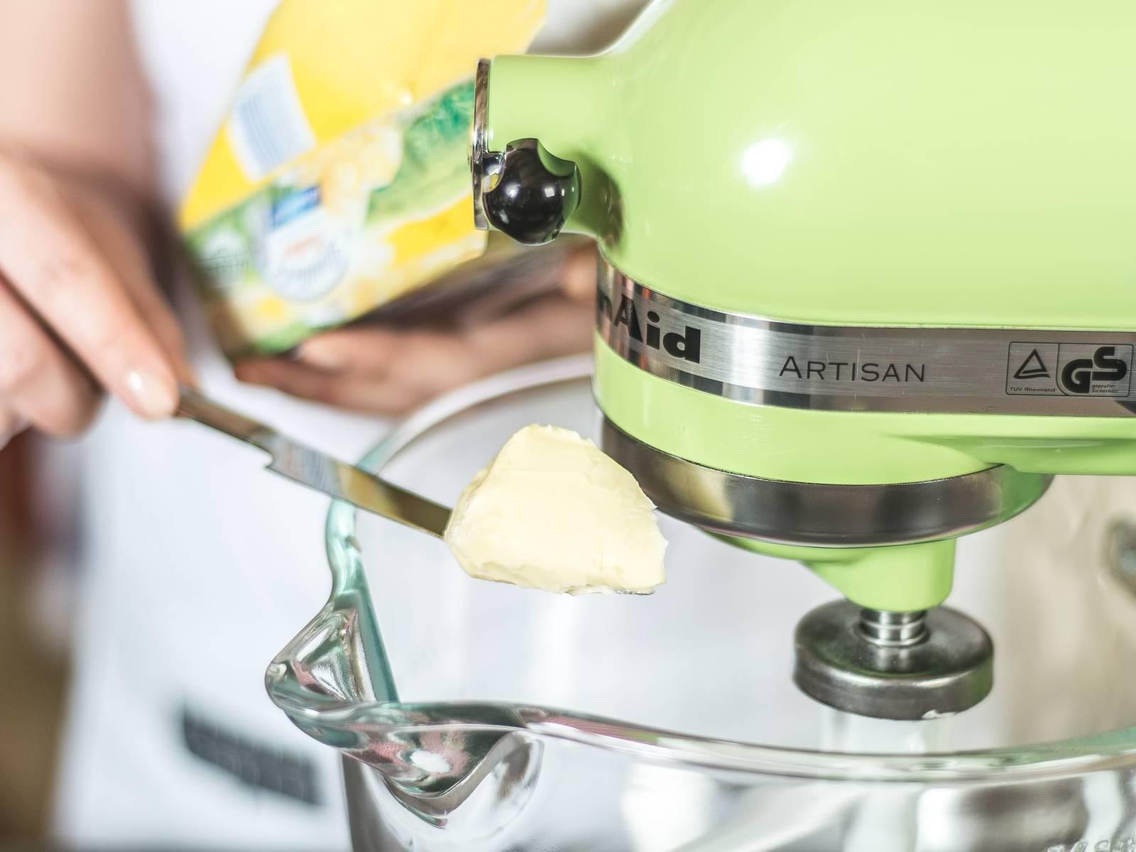 将软化黄油与糖放入立式搅拌机或用手持搅拌机中,搅拌至顺滑。