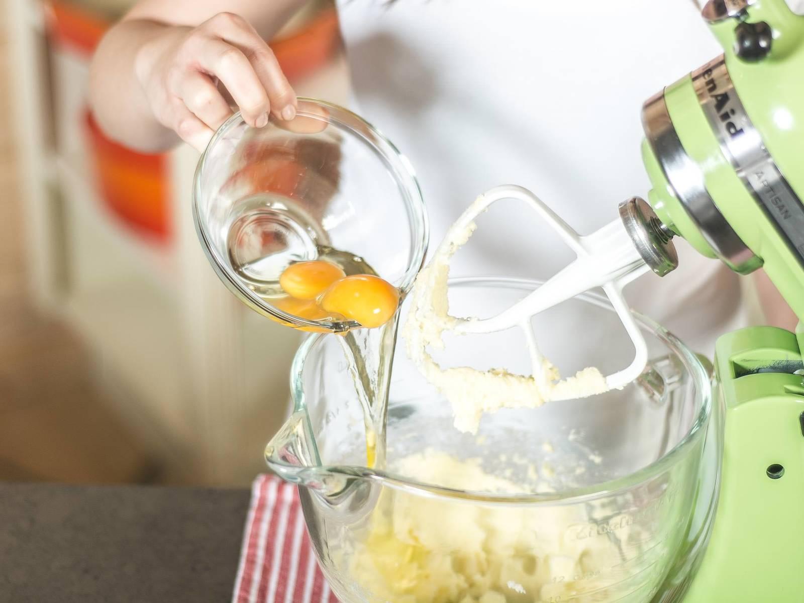 逐一加入两个鸡蛋,继续搅拌。