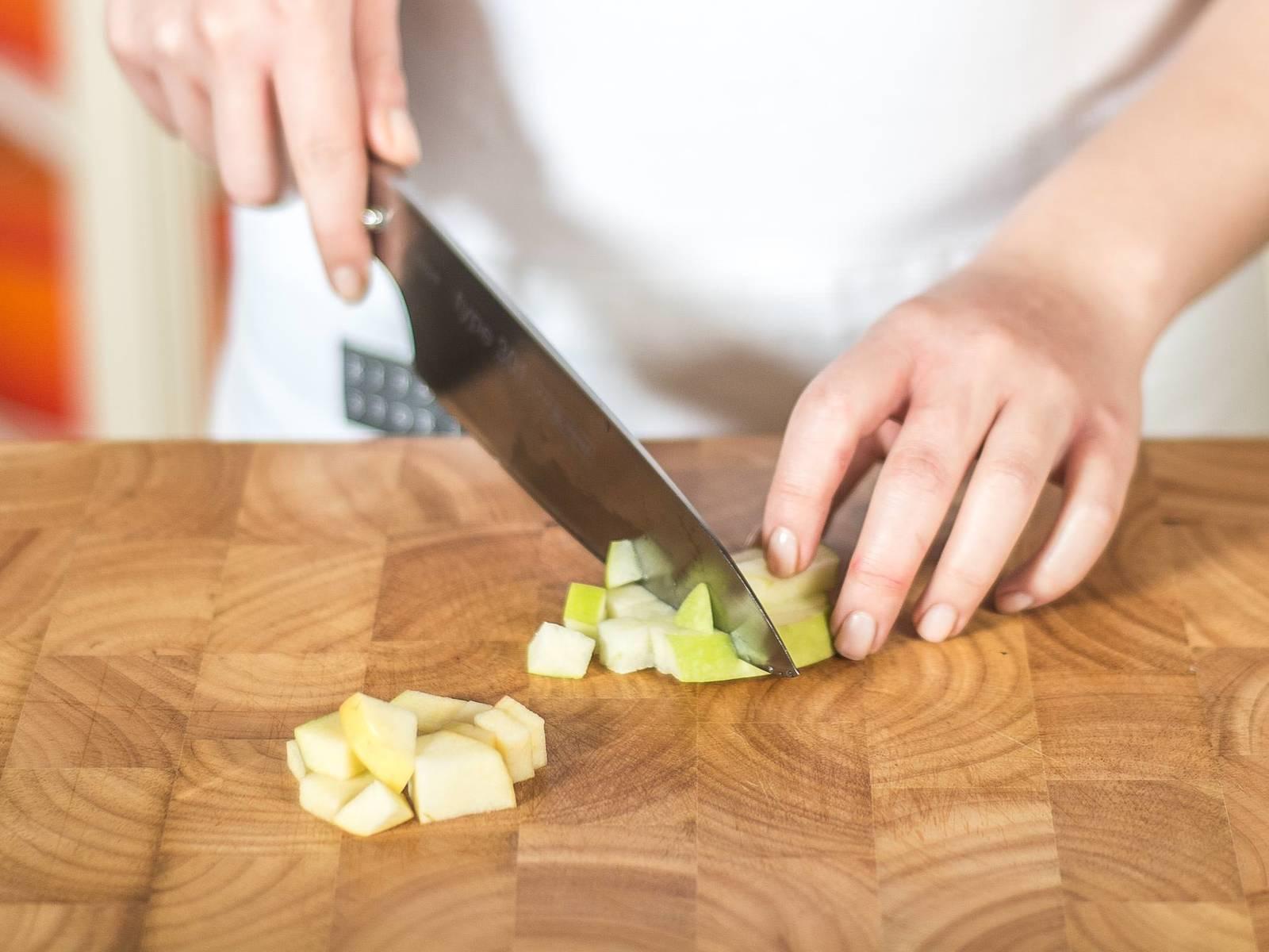 调制酸辣酱:苹果切成小方块。