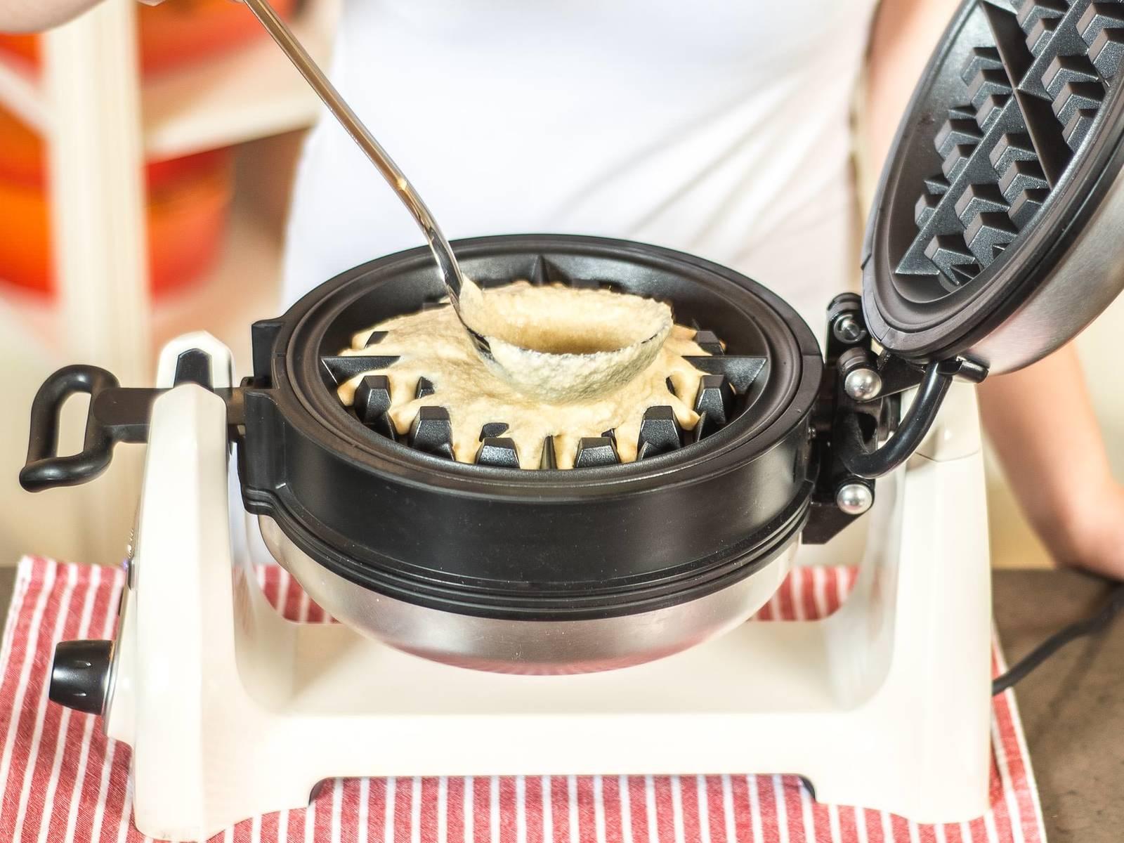 这期间,将华夫饼烤模加热,如有需要可先涂些黄油。将华夫饼烤至金黄色。撒上糖粉,佐以苹果酸辣酱,趁热享用。