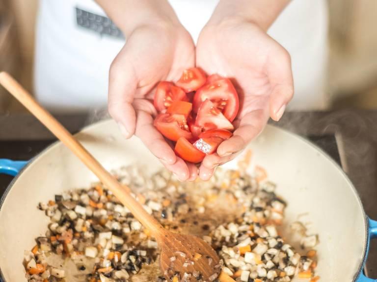 用植物油煸炒切好的小红葱、大蒜、蘑菇和胡萝卜3-5分钟。然后加入番茄,继续煸炒3分钟。用少许盐和胡椒粉调味。