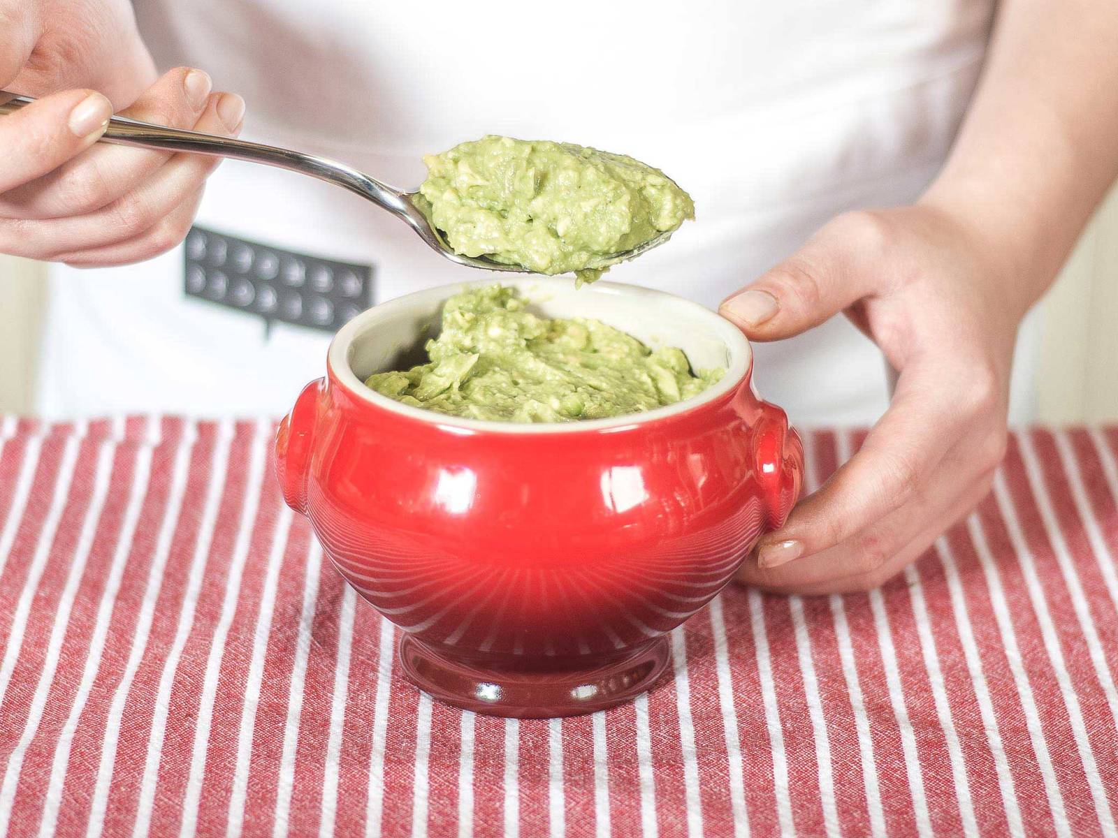 Next, fill the tumblers with the avocado crème.