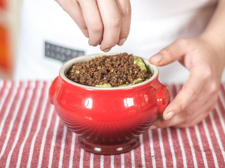 Obenauf den getrockneten Pumpernickel geben. Zum Servieren das Gemüse nach Belieben in Streifen schneiden und in den Topf hinein stecken.
