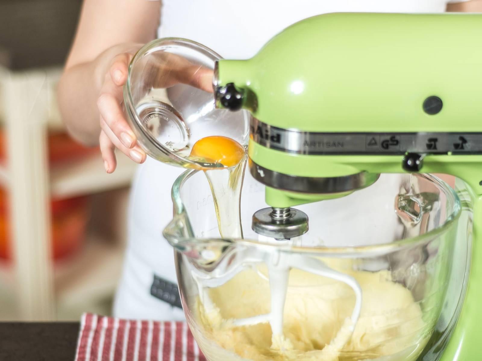 逐一加入两个鸡蛋,继续搅拌均匀。