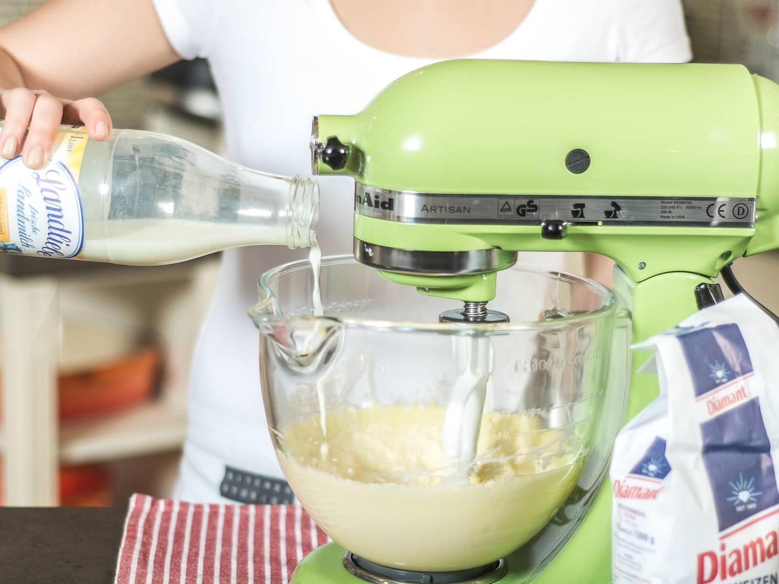 另取碗,混合面粉和泡打粉及一小撮盐。然后交替将面粉混合料和牛奶拌入黄油混合料中,至形成顺滑的面糊。