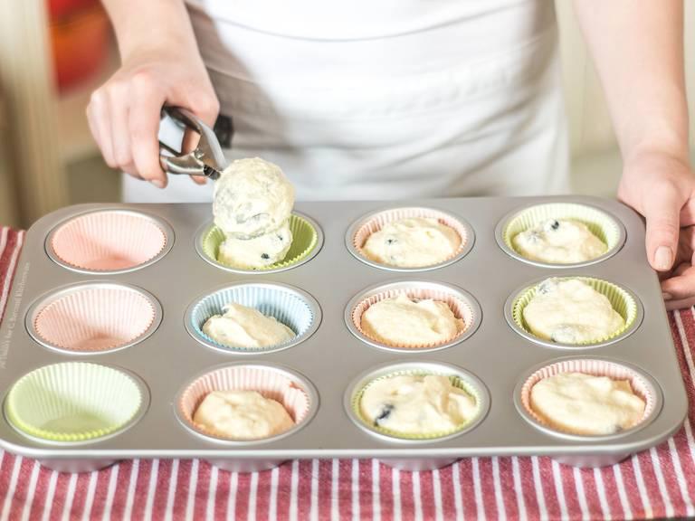 Den fertigen Teig in Muffinförmchen füllen und im vorgeheizten Backofen bei 160°C für ca. 20 Min. goldbraun backen. Nach dem Backen ca. 10 Min. auf einem Rost auskühlen lassen. Lauwarm servieren und genießen.