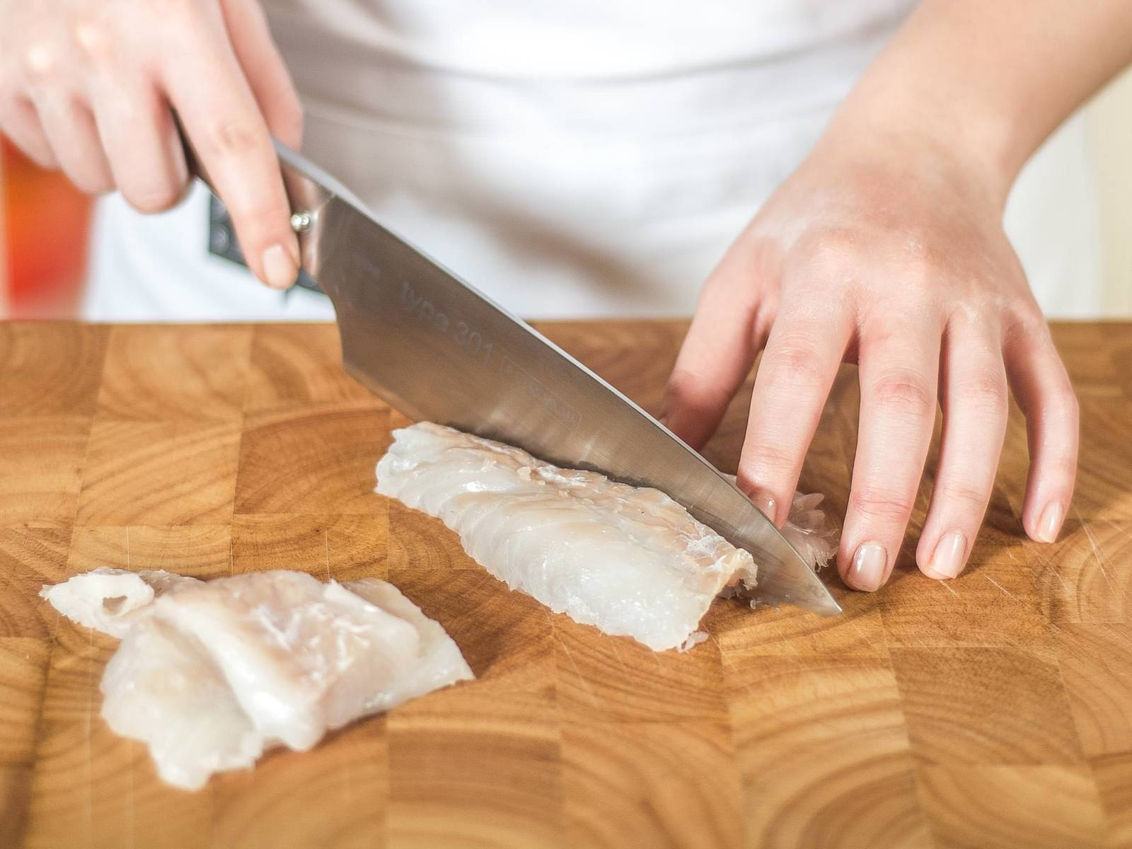 鳕鱼切成条(约2厘米 x 8厘米)。