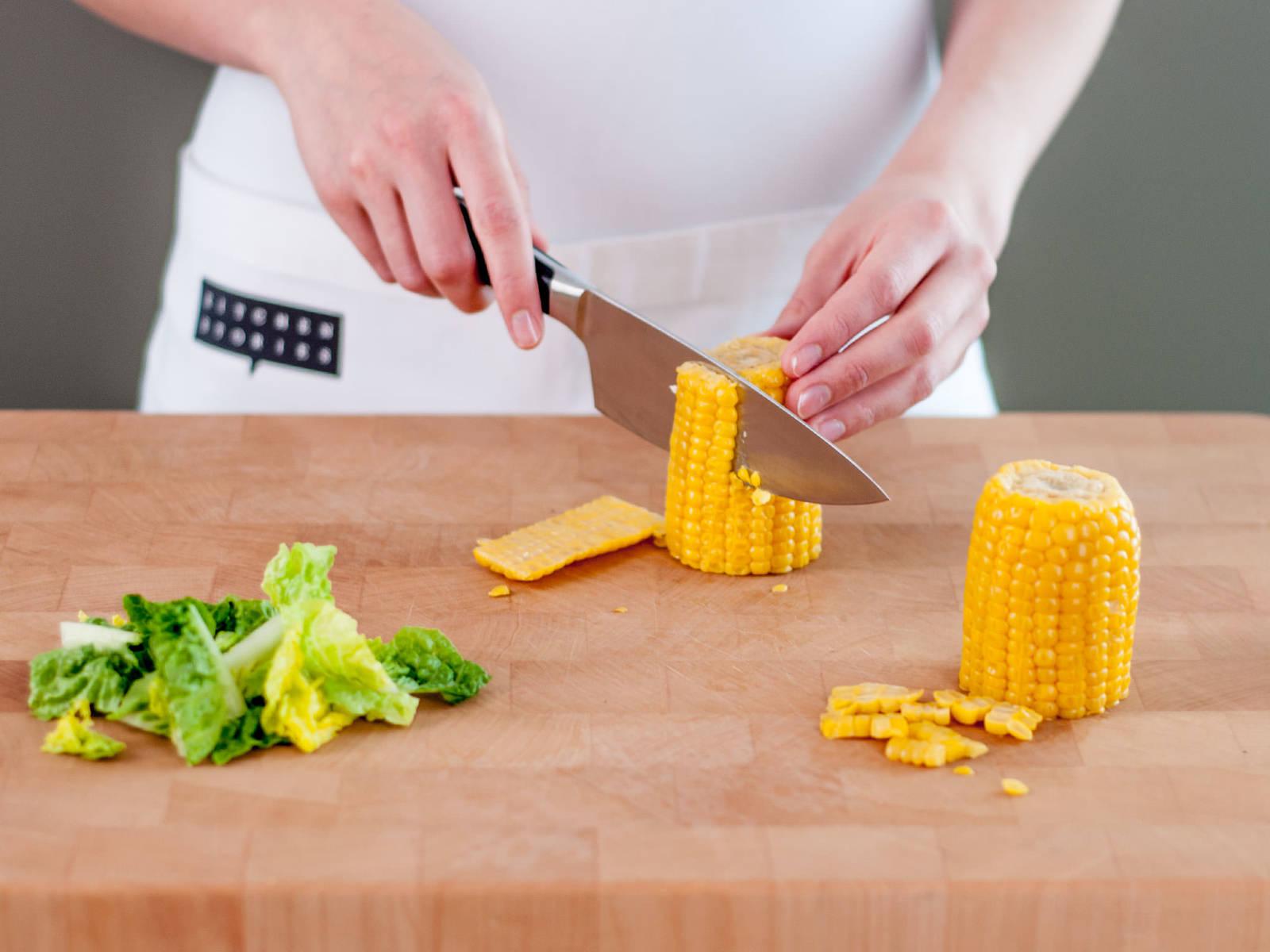 将西芹与香葱切碎,香菜粗略切碎,生菜切成易入口的小段,切下玉米粒。
