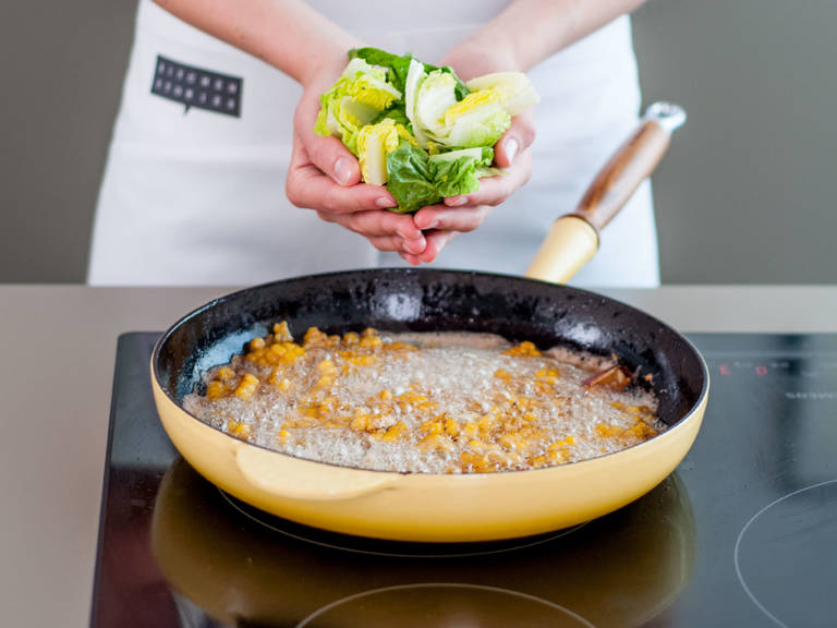 将生菜与香菜加入锅中,快速翻炒1-2分钟后停止加热。向餐锅中先盛入少许玉米沙拉,摆上猪排,再搭配剩余沙拉与酸奶酱即可享用!