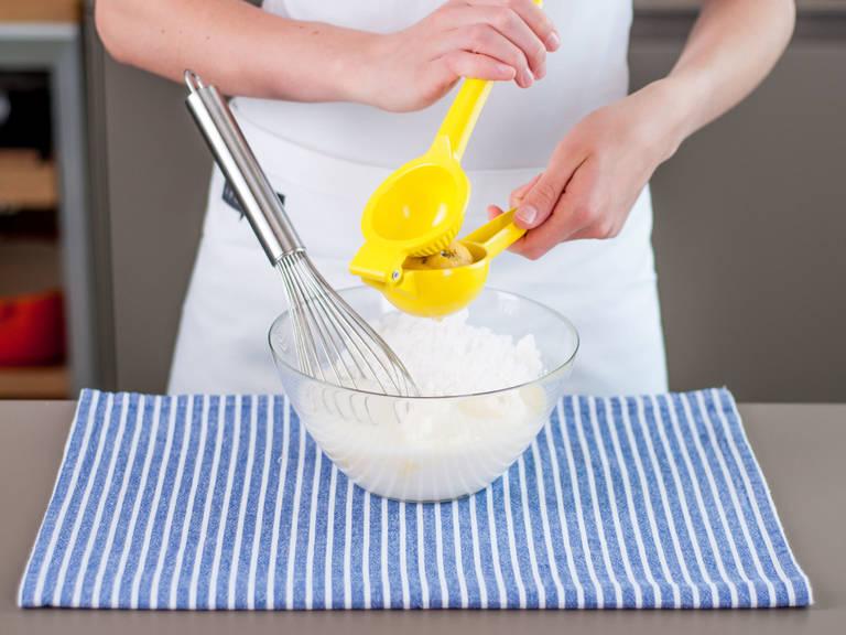 将奶油奶酪、酪乳与四分之三的糖粉放入大碗,再加入柠檬汁,搅拌均匀备用。