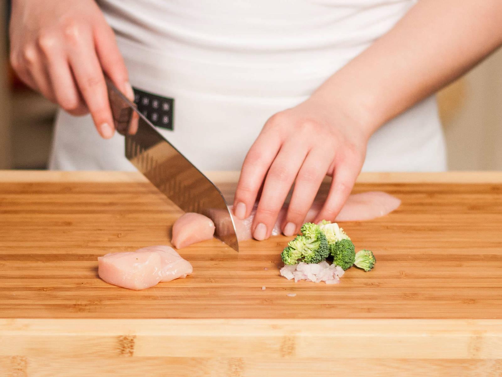 Zwiebel schälen und fein würfeln. Brokkoli in kleine Röschen teilen. Hähnchenbrust in ca. 2 cm große Würfel schneiden.