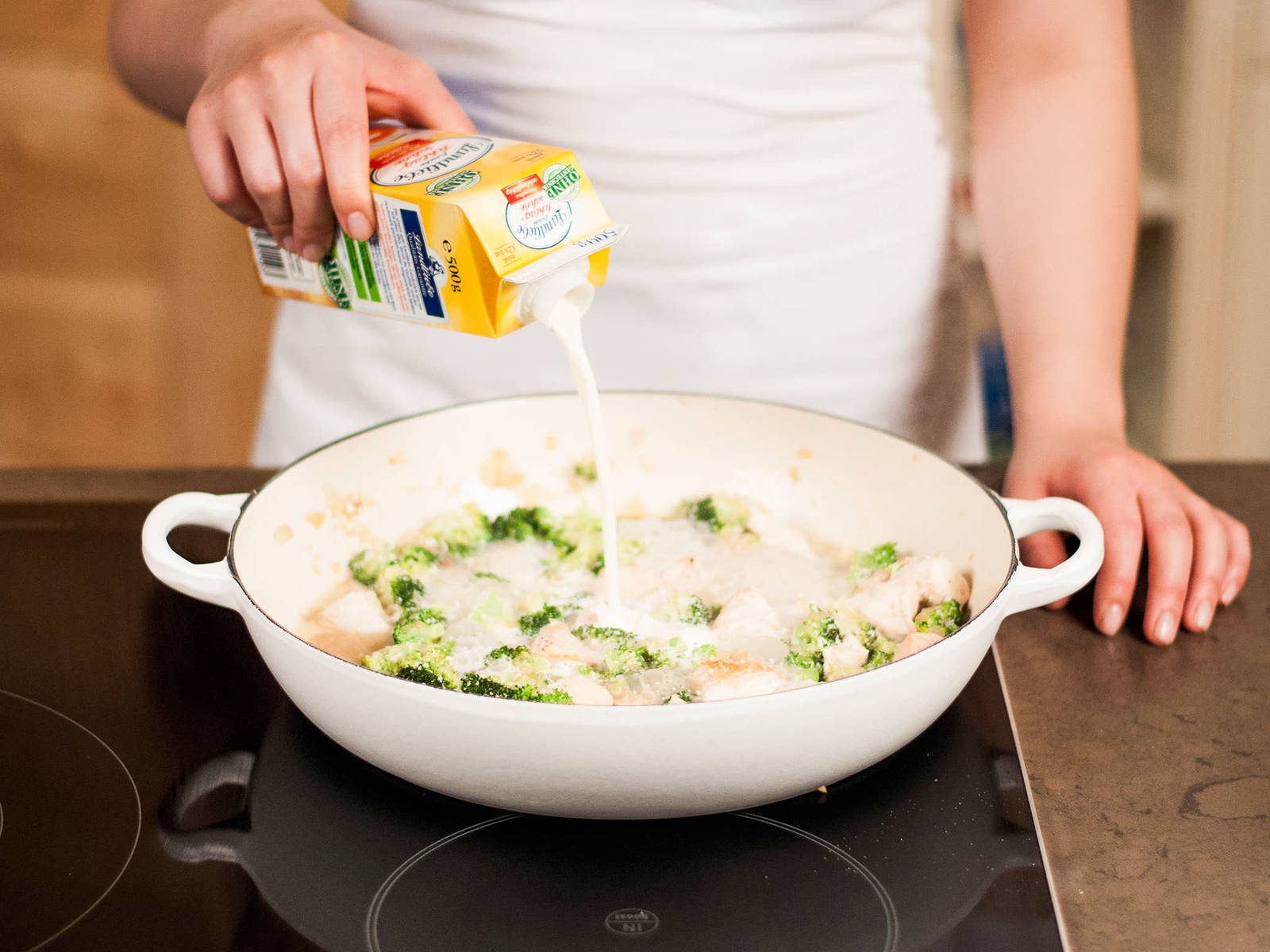 Nun etwas vom aufgefangenen Nudelwasser sowie die Sahne hinzugeben. Alles gut vermengen und für ca. 5 – 7 Min. zu einer sämigen Soße einkochen lassen.