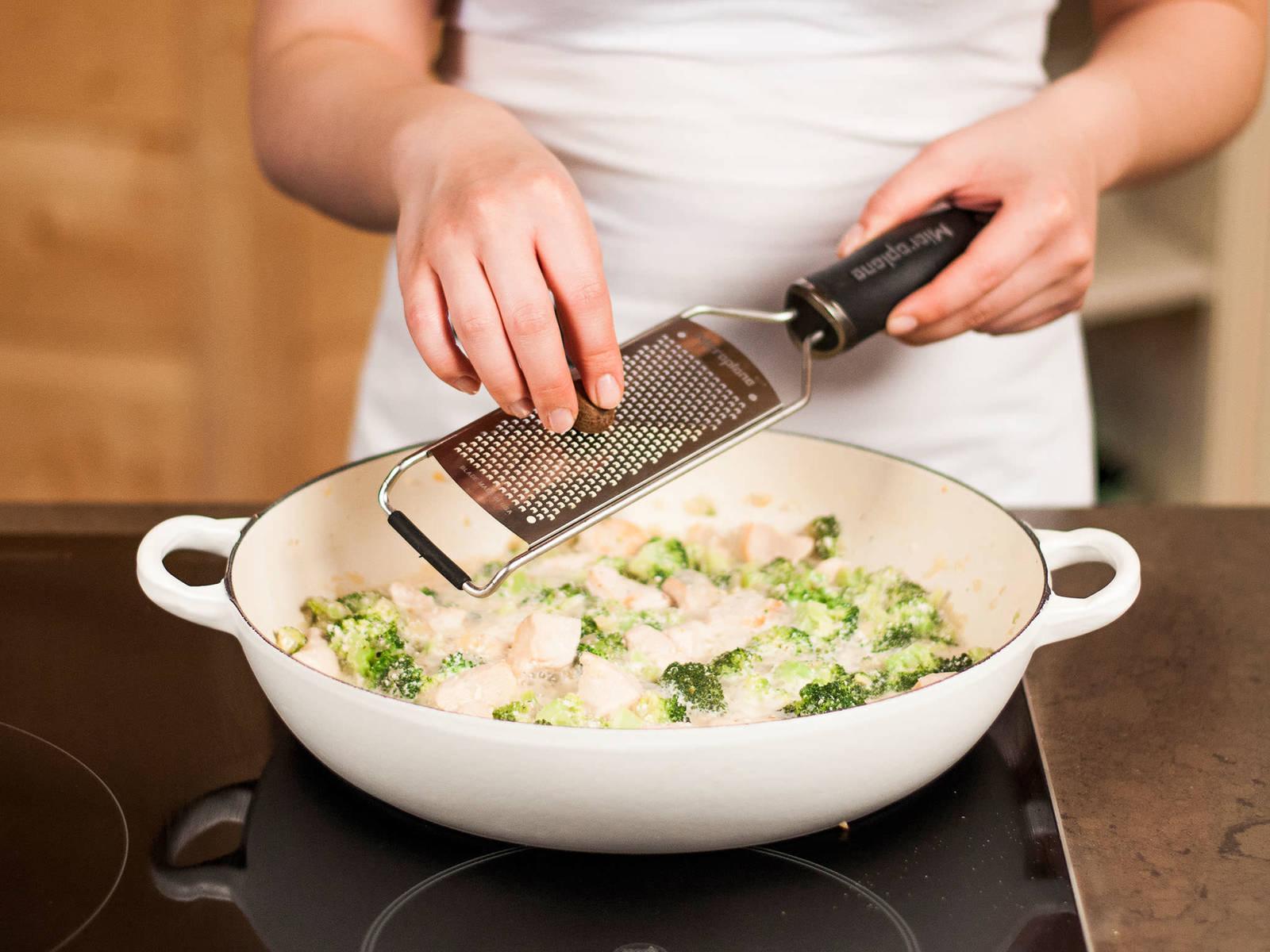 Mit Muskatnuss, Salz und Pfeffer abschmecken. Abschließend die Nudeln zur Soße geben, kurz durchschwenken und in tiefen Tellern serviert genießen.