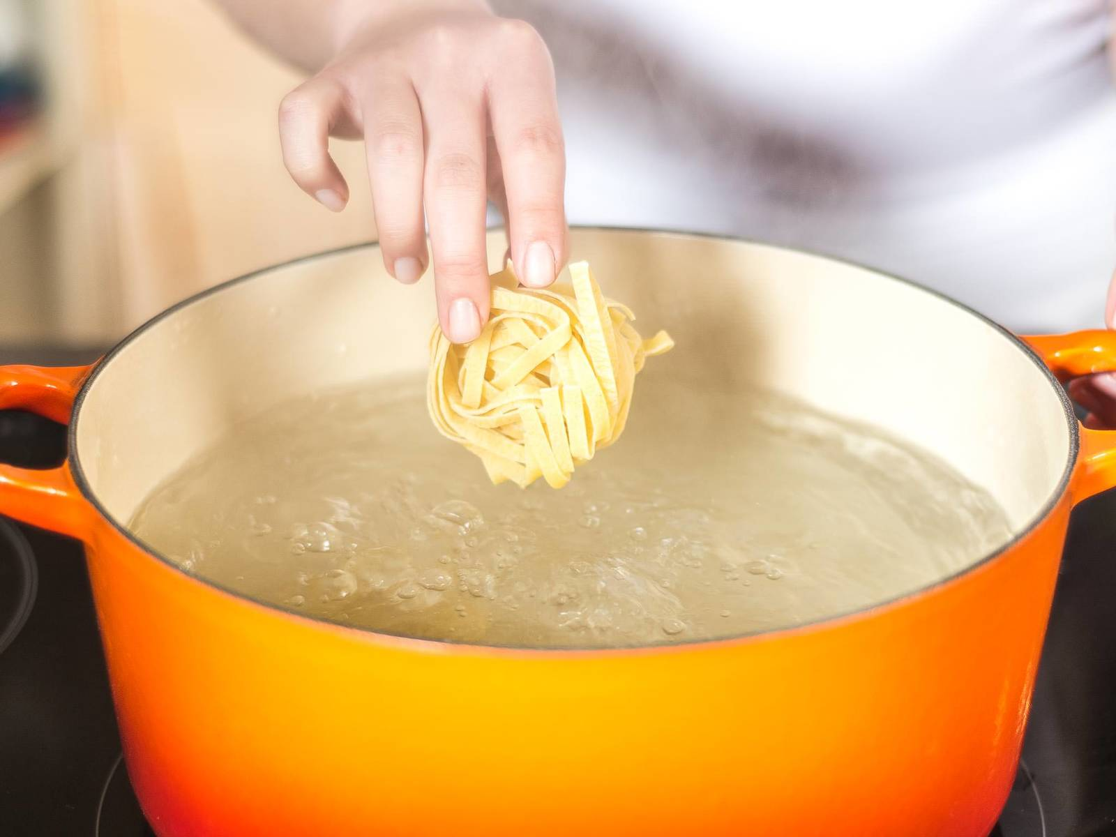 Cook pasta for approx. 8 – 10 min. in plenty of salted boiling water, according to package instructions. When draining, save some pasta water and set aside.