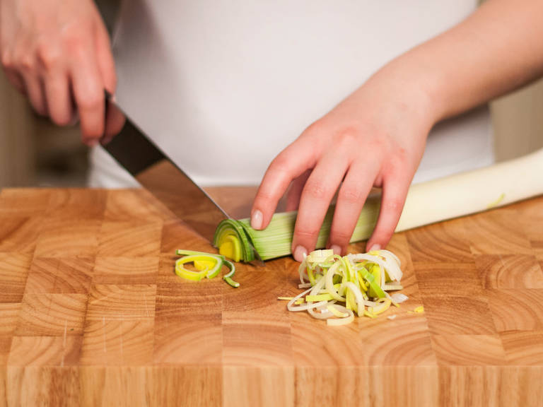 Wash leek and cut into thin slices.