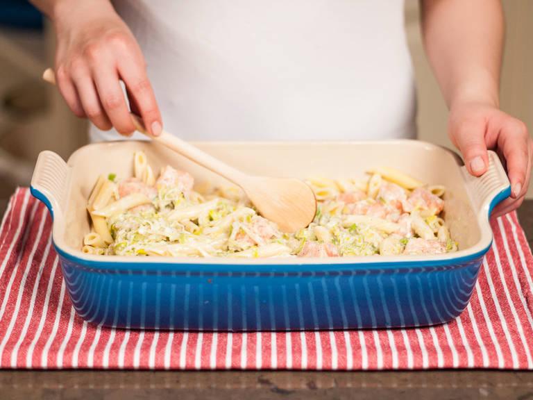 Eine Auflaufform mit etwas Olivenöl einfetten und die gekochten Nudeln darin verteilen. Mit Soße bedecken und vermengen.