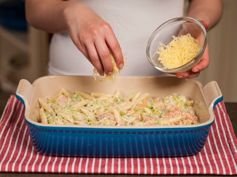 Geriebenen Gouda über den Auflauf geben und für ca. 30 Min. bei 200°C goldbraun backen. Nach Belieben mit einem Beilagensalat servieren.