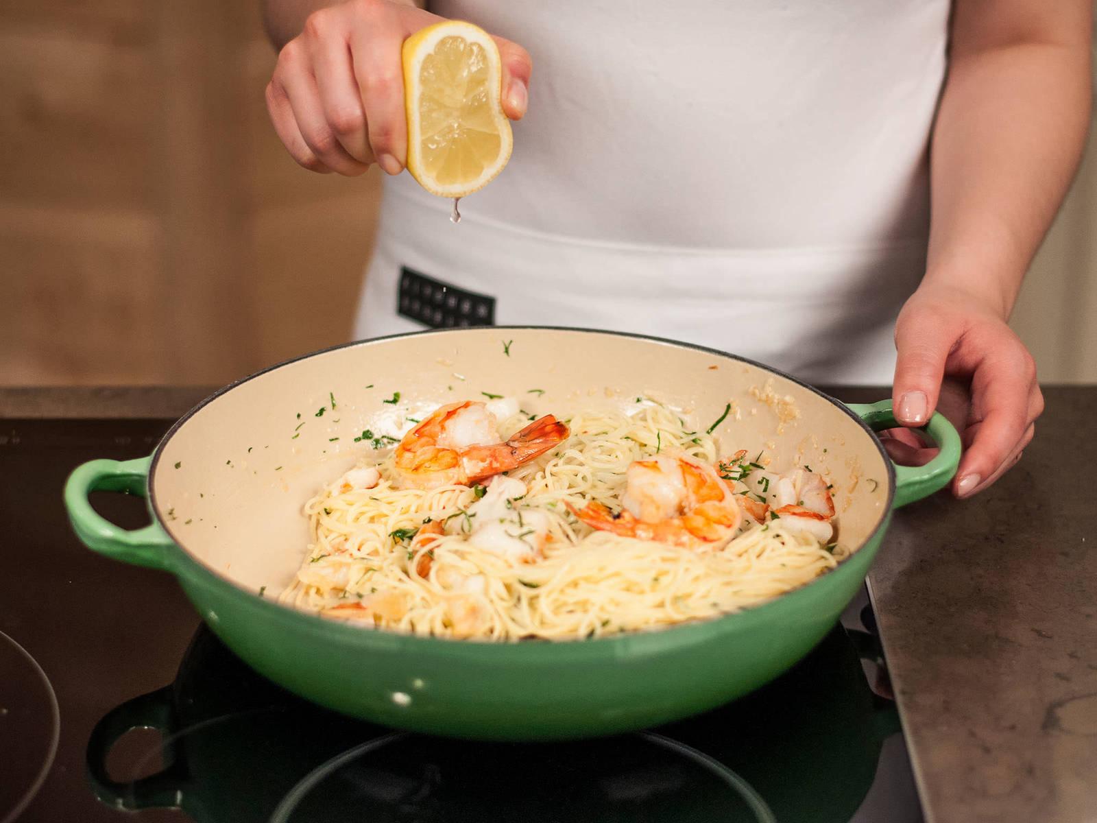 Gekochte Pasta kurz in der Soße schwenken. Zitronensaft hinzugeben. Gehackte Petersilie darüber streuen und in tiefen Tellern servieren.